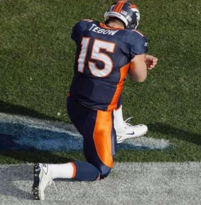 tim%20tebow%20bowing